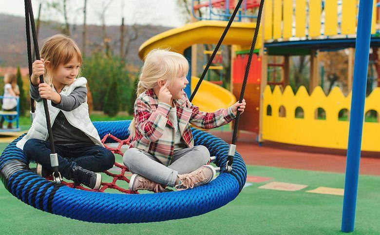 Детские площадки и тренажеры во дворе